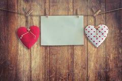 Coeur et pose de papier peint sur le fond et la texture en bois, vintage Image libre de droits