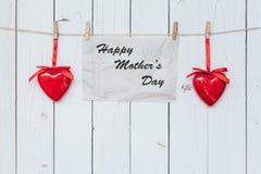 Coeur et pose de papier peint sur le présent blanc en bois, jour du ` s de mère concentré Images stock