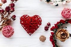 Coeur et roses élégants sur le fond en bois blanc Valen heureux Photographie stock libre de droits