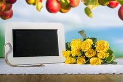 Coeur et roses de tableau noir d'ardoise photos stock
