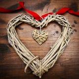 Coeur et ruban en bois de jour de valentines Photos stock