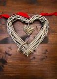 Coeur et ruban en bois de jour de valentines Photographie stock
