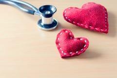 Coeur et stéthoscope rouges Photographie stock