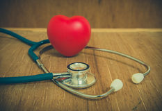 Coeur et stéthoscope rouges sur le fond en bois Photographie stock