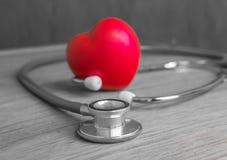 Coeur et stéthoscope rouges sur le fond en bois Image stock