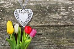 Coeur et tulipes le jour de valentines sur le fond en bois Photo stock