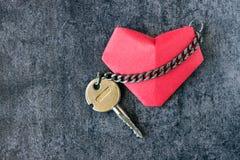Coeur et une clé, reliée par une chaîne Photographie stock