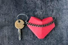 Coeur et une clé, reliée par une chaîne Photographie stock libre de droits