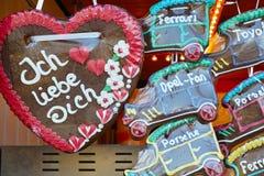 Coeur et voitures de pain d'épice Images libres de droits