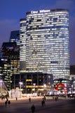 Coeur för Paris kontorsskyskrapa försvar på natten i affärsområdet Arkivfoton