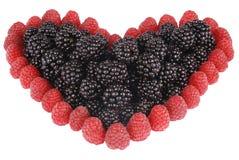 Coeur fabriqué à partir de des framboises et des mûres Images stock