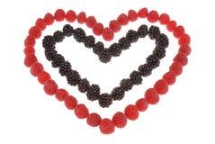 Coeur fabriqué à partir de des framboises et des mûres Photo stock