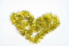 Coeur fabriqué à partir de la tresse d'or sur le fond blanc Concept de symbole d'amour Forme de symbole d'amour faite en miroiter Photographie stock