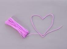 Coeur fait à partir de la corde sur le fond violet Photo libre de droits