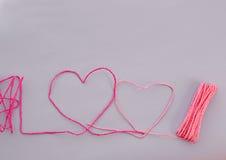 Coeur fait à partir de la corde sur le fond violet Photos stock