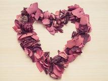 Coeur fait à partir de la fleur sèche sur le fond en bois Photo libre de droits