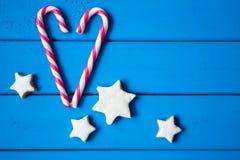 Coeur fait à partir de la sucrerie de Noël et des biscuits en forme d'étoile L'amour est tout autour de nous Images libres de droits