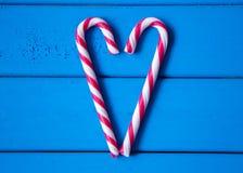 Coeur fait à partir de la sucrerie de Noël L'amour est tout autour de nous Image libre de droits