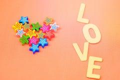 Coeur fait à partir de petites étoiles colorées avec le mot d'amour Photos libres de droits