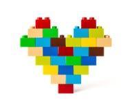 Coeur fait à partir des briques colorées de jouet avec le chemin de coupure Images stock