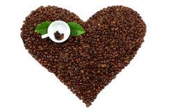Coeur fait à partir des grains de café sur le fond blanc Photo stock
