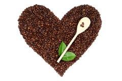 Coeur fait à partir des grains de café sur le fond blanc Photos libres de droits