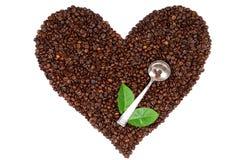 Coeur fait à partir des grains de café sur le fond blanc Photo libre de droits