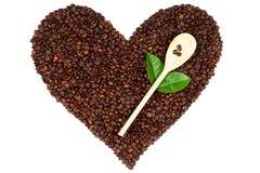 Coeur fait à partir des grains de café sur le fond blanc Images stock