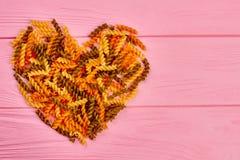 Coeur fait à partir des macaronis multicolores de fusilli Image stock