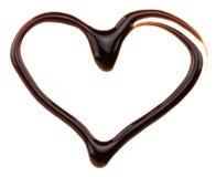 Coeur fait à partir du sirop de chocolat, d'isolement sur le blanc Photo stock