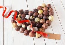 Coeur fait avec des truffes de chocolat et une étiquette Photographie stock
