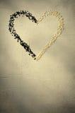 Coeur fait avec les graines de sésame noires et blanches, sur le fond gris Amour, concept de jour du ` s de Valentine Vue supérie Photos stock