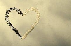 Coeur fait avec les graines de sésame noires et blanches, sur le fond gris Amour, concept de jour du ` s de Valentine Vue supérie Images libres de droits