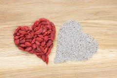 Coeur fait de baies de goji et graines sèches de chia Images libres de droits