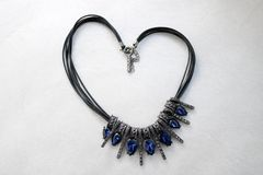 Coeur fait de bijoux femelles, colliers avec les fils noirs, bijoux bleus, diamants, diamants sous forme de coeur Images libres de droits