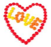 Coeur fait de bonbons colorés par rouge rond Photo libre de droits