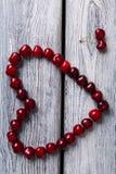 Coeur fait de cerises rouges Photographie stock