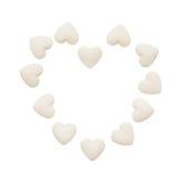 Coeur fait de comprimés blancs de forme de coeur d'isolement sur le blanc Images libres de droits