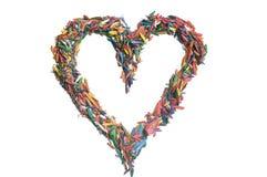 Coeur fait de copeaux colorés de crayon Photo stock