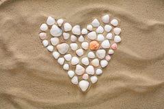 Coeur fait de coquilles et cailloux de mer Photos stock