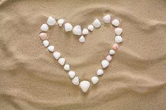 Coeur fait de coquilles et cailloux de mer Images libres de droits