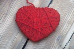 Coeur fait de fil de laine rouge Images libres de droits