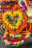 Coeur fait de fleurs sur le pousse-pousse de cyklo Images stock