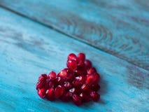 Coeur fait de graines de grenade Fond de jour de mères L'espace pour le texte Image stock