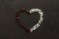Coeur fait de grains de café et pommes chips de noix de coco Image libre de droits
