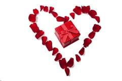 Coeur fait de pétales de rose rouges Image stock