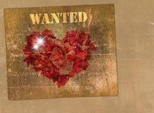 Coeur fait de pétales des roses sur un rétro mur Photo libre de droits