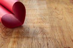 Coeur fait de papier rouge de scintillement Photos stock