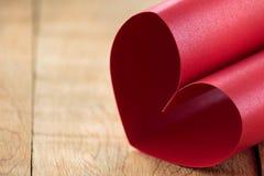 Coeur fait de papier rouge de scintillement Photographie stock