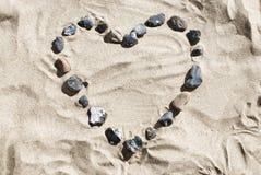 Coeur fait de pierres à la plage Photo libre de droits